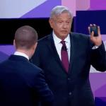 López Obrador guarda la cartera cuando se le acerca Anaya