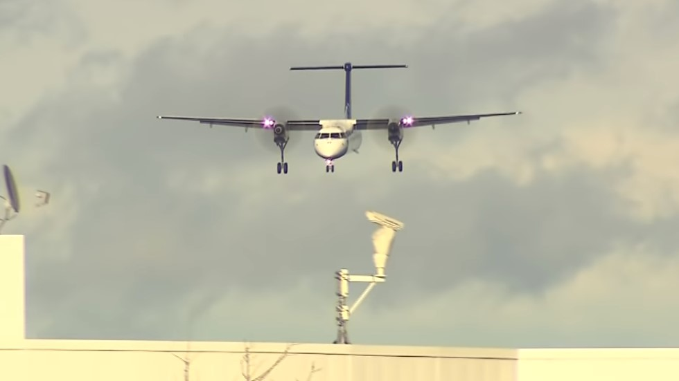 #Video Avión aterriza entre fuertes vientos en Toronto - Captura de pantalla