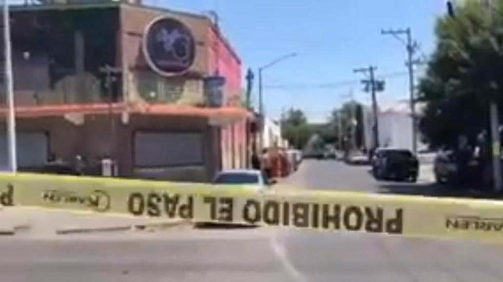 Policía sorprende a tres sujetos sacando un cadáver de bar en Monterrey - Foto de @NuevoLeonCR