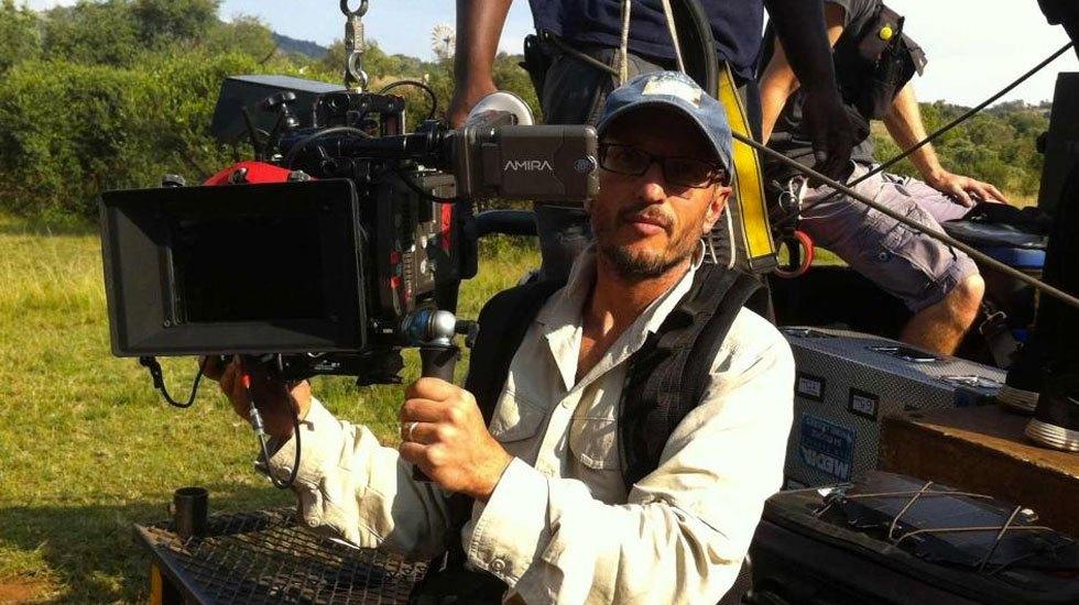 Jirafa mata en Sudáfrica a laureado director de cine