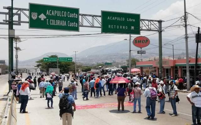 CETEG bloquea Autopista del Sol a la altura de Chilpancingo - Foto de @ReporTorres