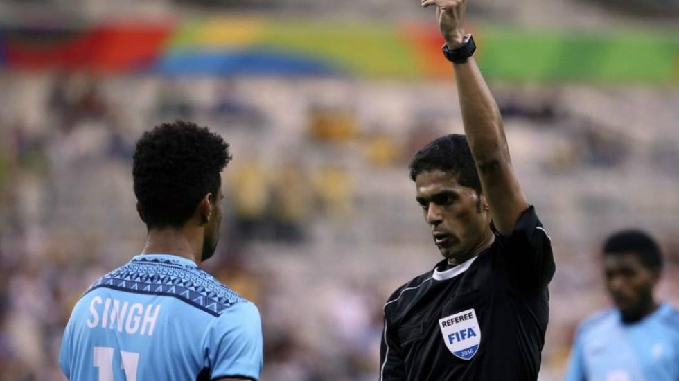 FIFA deja fuera de Mundial 2018 a silbante acusado de soborno - Foto de AP