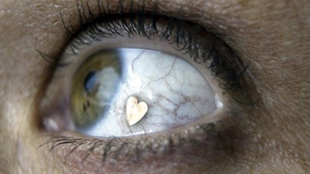 Nueva moda de colocar joyería en los ojos - Foto de Reuters