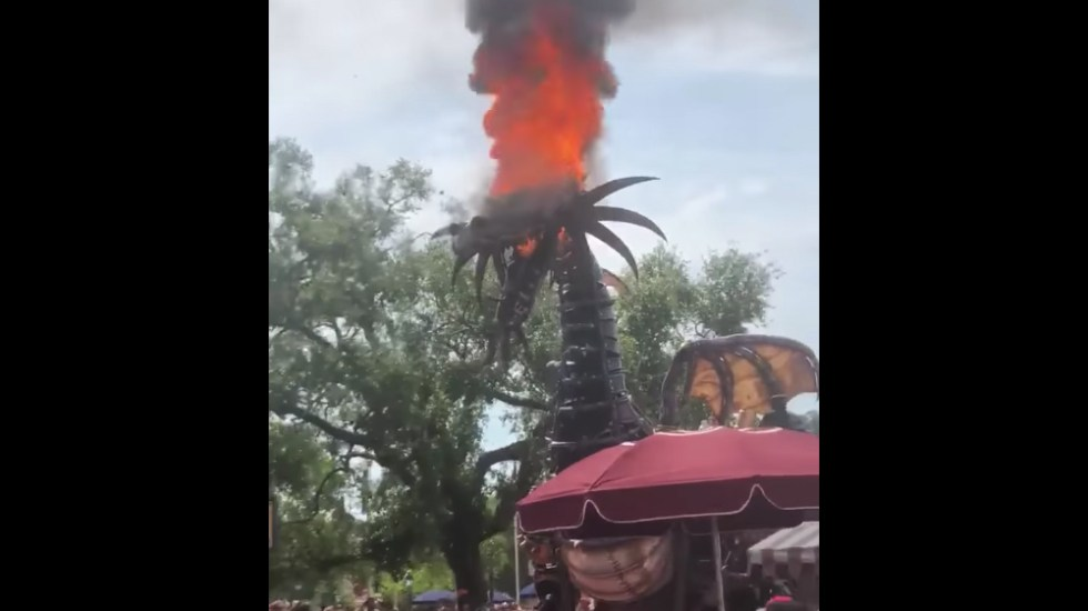 #Video Dragón mecatrónico se incendia en Disney World - Captura de pantalla