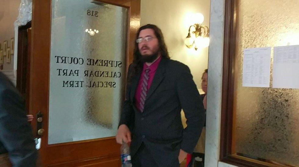 Juez ordena a que hombre se mude de la casa de sus padres - Foto de Standard-Post