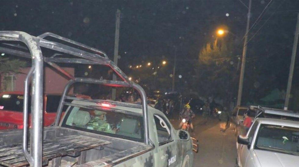 Civiles armados y autoridades se enfrentan en carretera de Michoacán