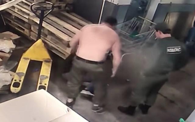 #Video Trabajadores de supermercado golpean a cliente en Rusia - Captura de Pantalla