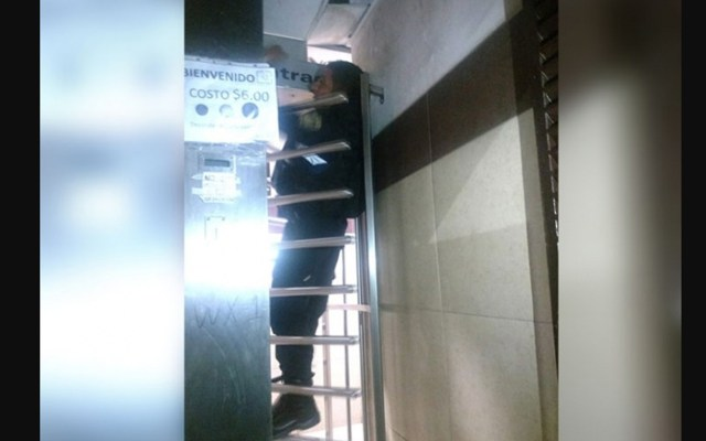 Policía queda atrapado en puerta de baño - Foto de Twitter