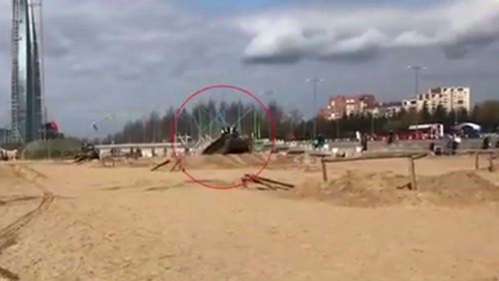 #Video Hombres y niños caen de tanque en movimiento