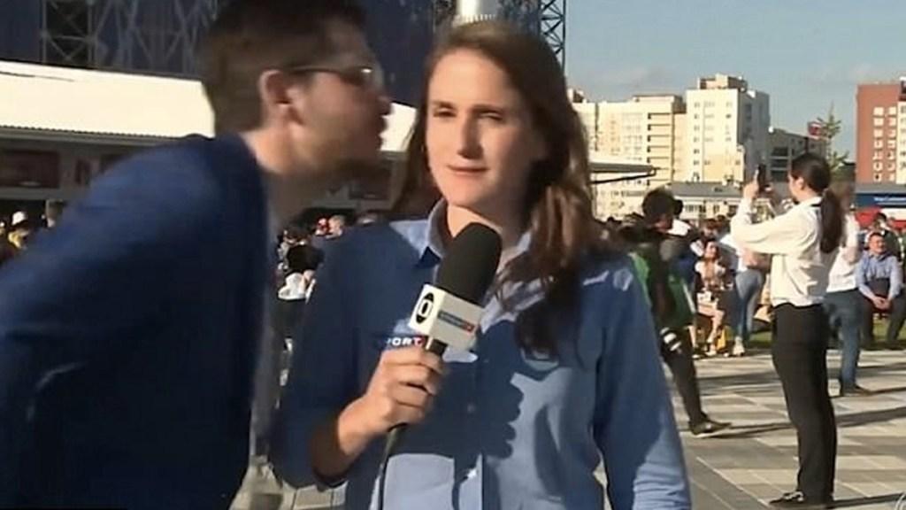 #Video Reportera regaña a aficionado por intentar besarla - Foto de Sport Tv