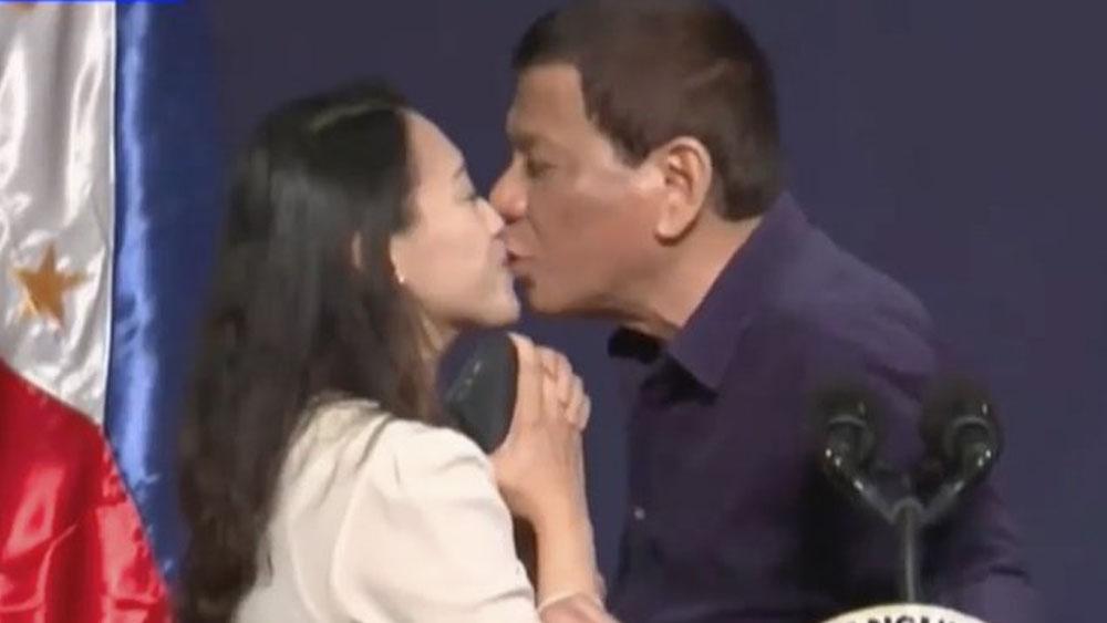 Critican a Duterte tras darle beso a joven en Seúl
