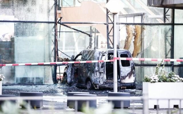 Conductor impacta con camioneta oficinas del periódico De Telegraaf - Foto de Twitter