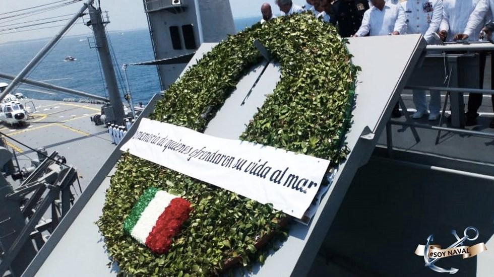 Peña Nieto honra a marinos caídos con corona de flores - Foto de Semar