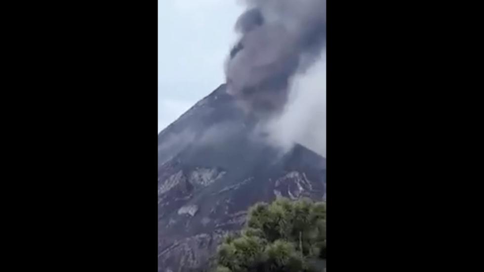 El momento en que hace erupción el volcán de Fuego en Guatemala