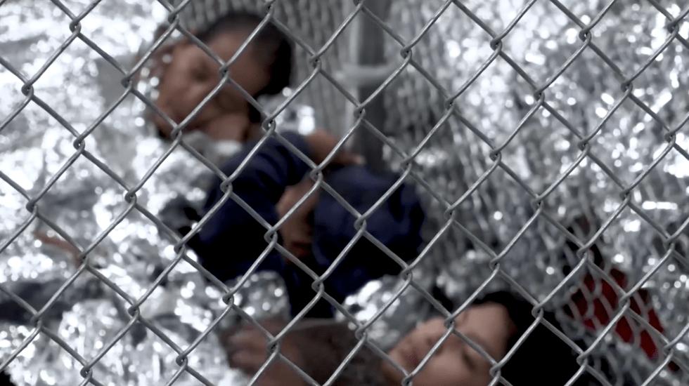 En jaulas albergan a niños y adultos migrantes en Texas