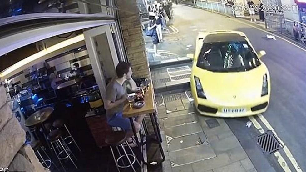 #Video Lamborghini sin conductor choca contra bar - Foto de Asia Wire