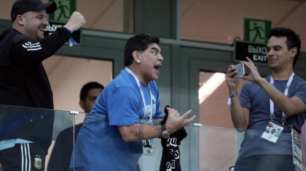 Maradona celebra pase de selección mexicana a octavos de final - Foto de @TNTecno
