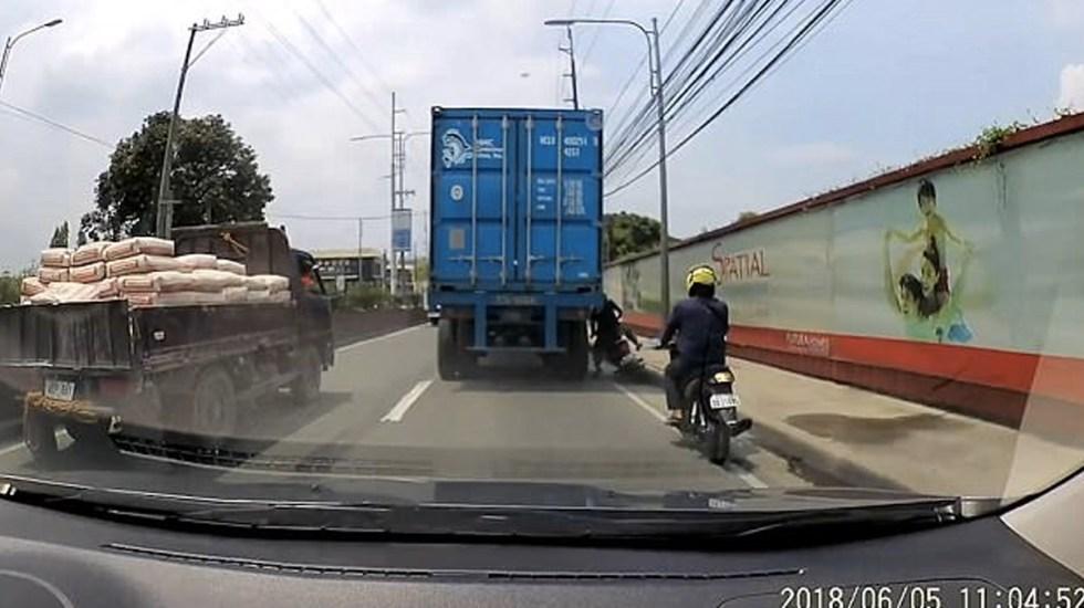 #Video Motociclista sobrevive tras ver su cabeza aplastada por un camión - Captura de pantalla