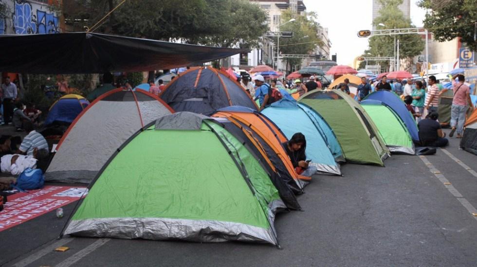 CNTE bloquea Bucareli y lateral de Reforma; impiden acceso a BMV - Foto de @SociedadPC