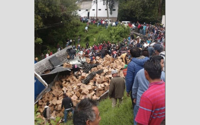 #Video Volcadura de tráiler con cerveza desata rapiña en Valle de Bravo - Foto de @252COMS