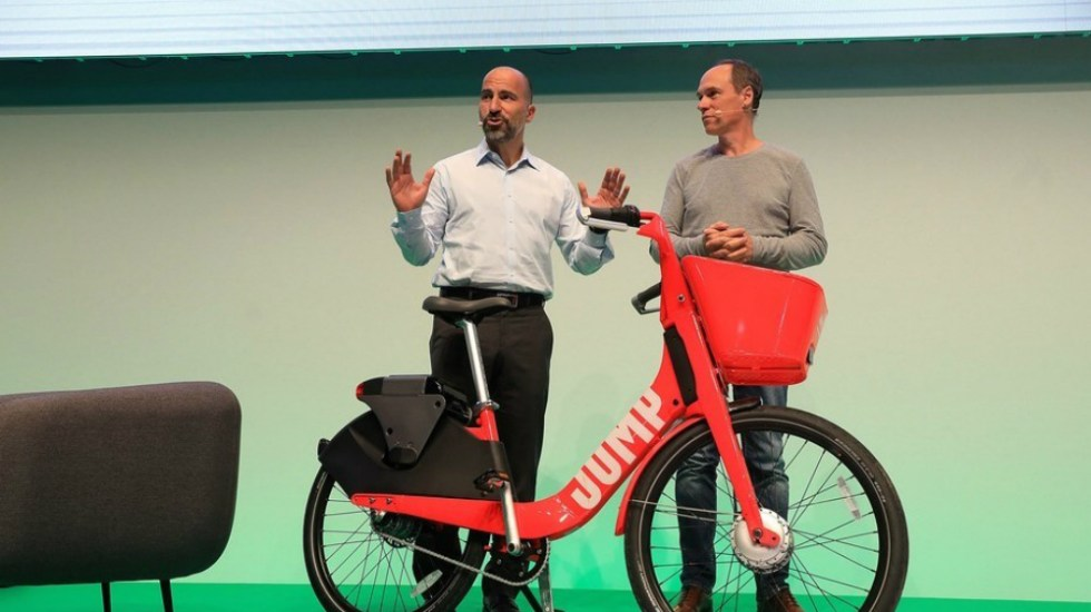 Dara Khosrowshahi, CEO de Uber (izq.) durante la presentación del servicio Jump este miércoles. Foto de Bllomberg