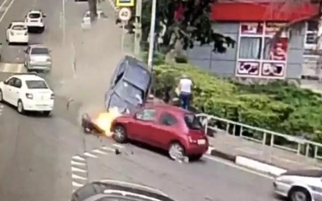 #Video Automóvil arrolla a multitud y mata a hombre en Rusia - Foto de Internet