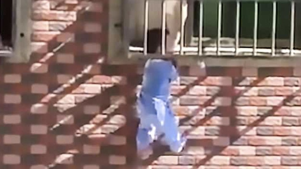 #Video Bebé queda atrapado en rejas de ventana en China