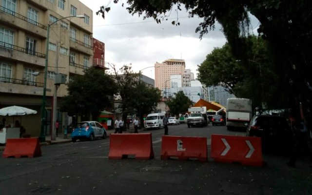 Manifestantes mantienen cerrada Bucareli - Foto de @OVIALCDMX
