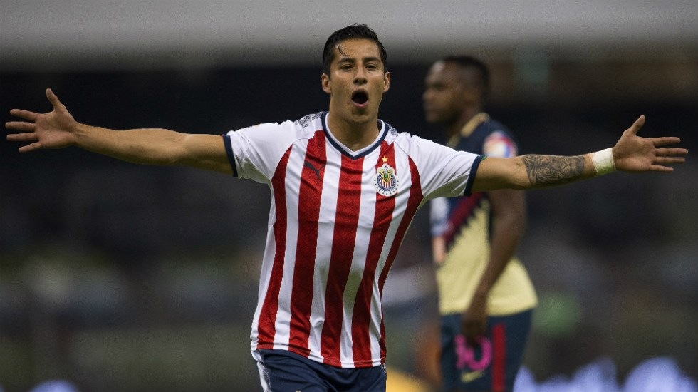 Operan a Carlos Cisneros y será baja con Chivas por cuatro meses - Foto de Mexsport