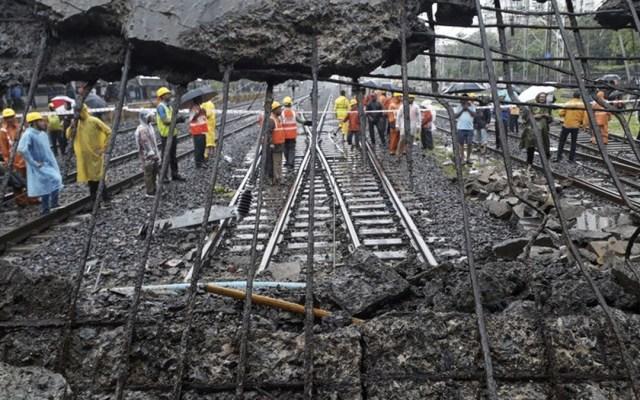 Colapso de puente peatonal en India deja cinco muertos - Foto de AP