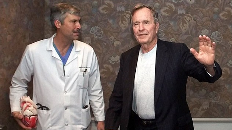 Revelan imágenes del asesinato del cardiólogo de George Bush - Foto de AP