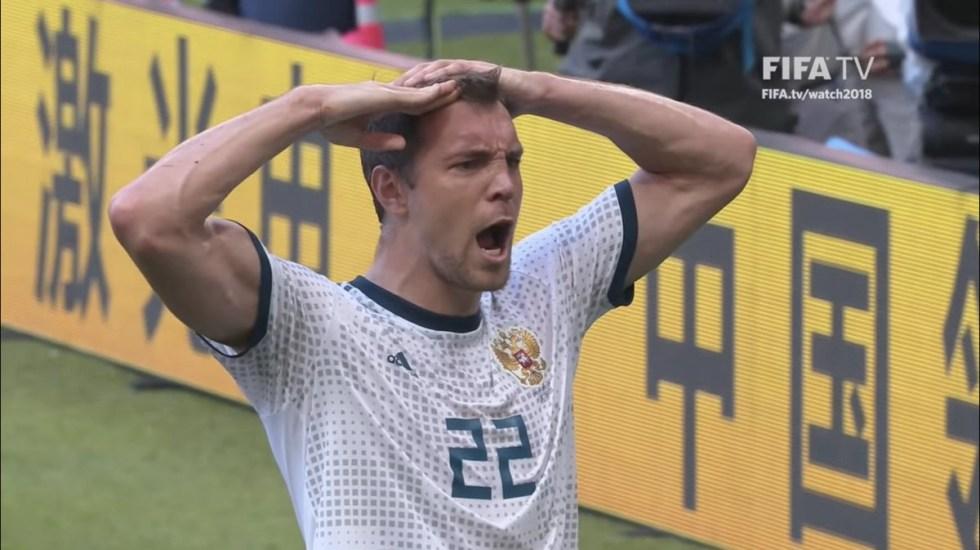 Dzyuba muestra la lesión en su mano durante el juego contra España - Foto de FIFA