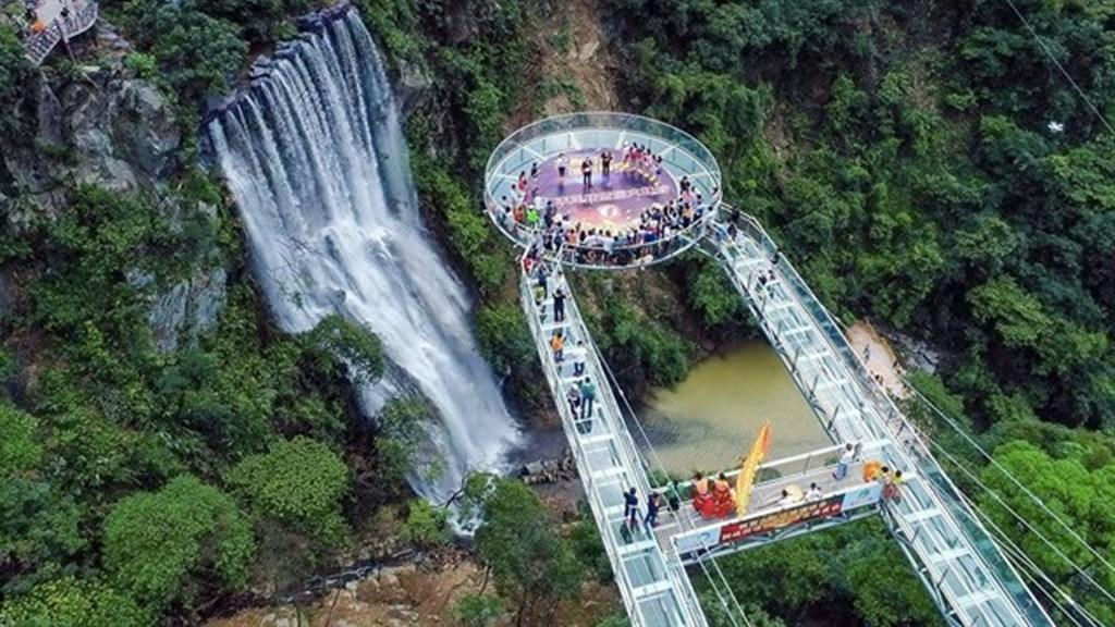 La plataforma de cristal a 200 metros de altura en China - Foto de Europa Press