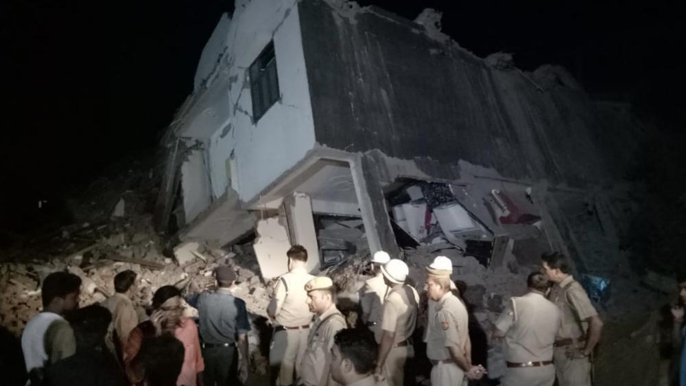 Colapsa un edificio en construcción en India con trabajadores adentro - Foto de @sadakkareporter