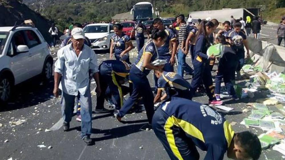 Tráiler vuelca con libros de texto en Veracruz