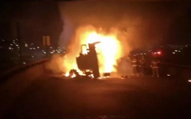 #Video Así se incendió pipa de combustible tras caer de puente en Toluca - Foto de @trespm