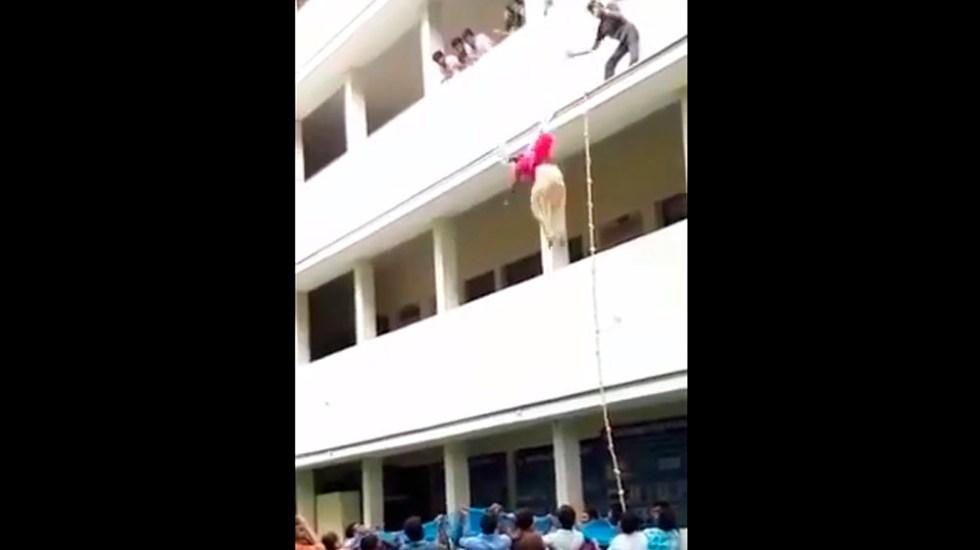 #Video Estudiante muere tras ser empujada de segundo piso en India