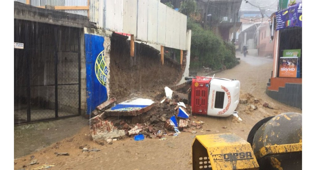 Lluvias provocan caída de barda en Oaxaca