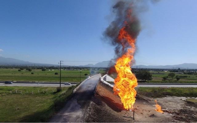 Pemex combate incendio en ducto por toma clandestina con equipos By-Pass - Foto de Twitter