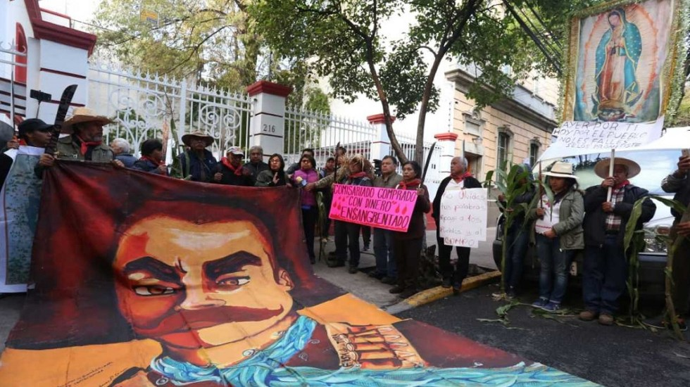 Protestan contra el NAIM afuera de casa de transición de AMLO - Foto de Milenio