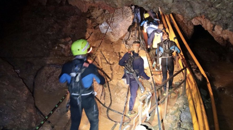 Muere padre del doctor que ayudó a salir a equipo de futbol de cueva en Tailandia - Foto de AP