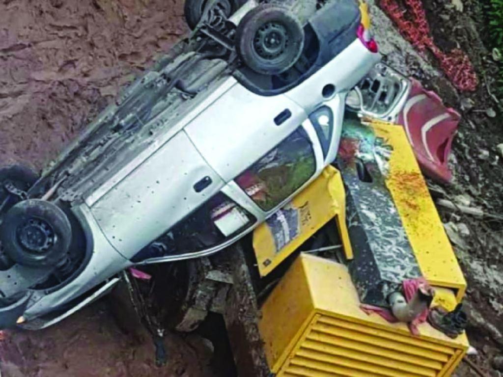 Auto cae a obras del Tren Interurbano