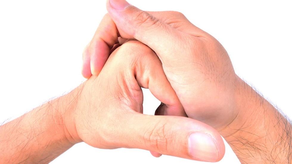 ¿Qué pasa al tronarse los dedos? - Foto de internet