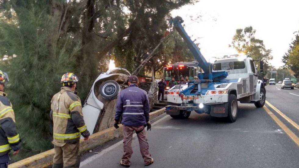 Accidente en autopista termina con conductor prensado entre árboles