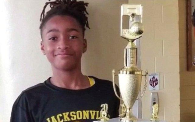 Policía esposa a niño de 11 años por botar un balón de básquetbol