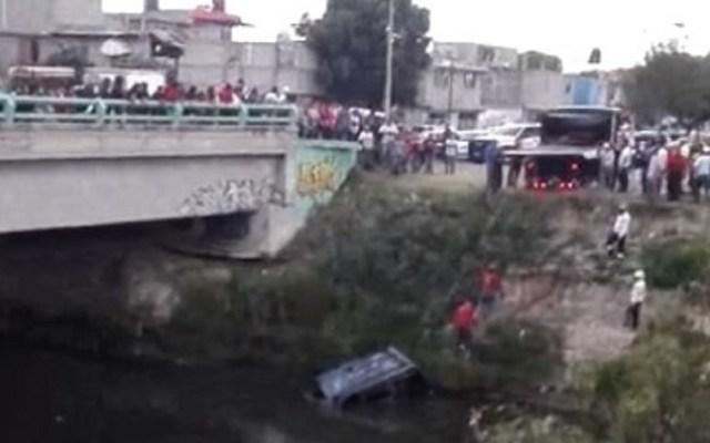 Conductor cae con todo y camioneta a canal de aguas negras - Foto de A Fondo Estado de México