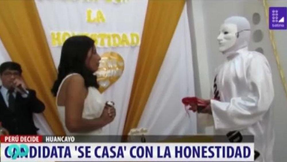 #Video Candidata a alcaldía en Perú se casa con la 'honestidad'