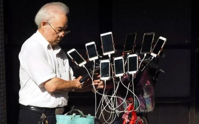 Adulto mayor instaló 11 teléfonos en su bicicleta para jugar Pokémon Go - Foto de EPA