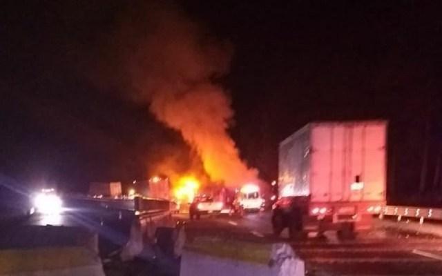 Choca auto y se incendia tráiler en la autopista México-Puebla - Foto de Twitter