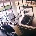 #Video Mujer estrella BMW al tratar de estacionarse